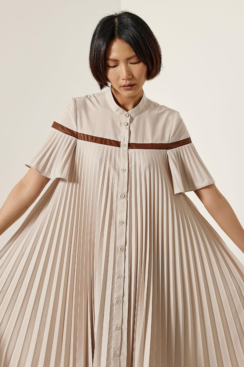 Πλισσέ φόρεμα με λεπτομέρεια όψης δερματίνης